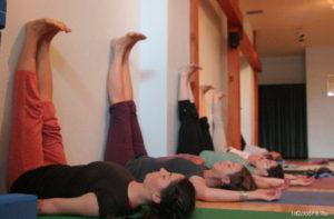 Йога при головной боли. Ноги вверх вдоль стены