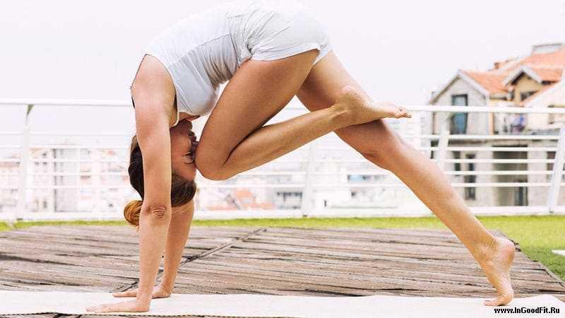 йога для живота для начинающих. поза колени к носу